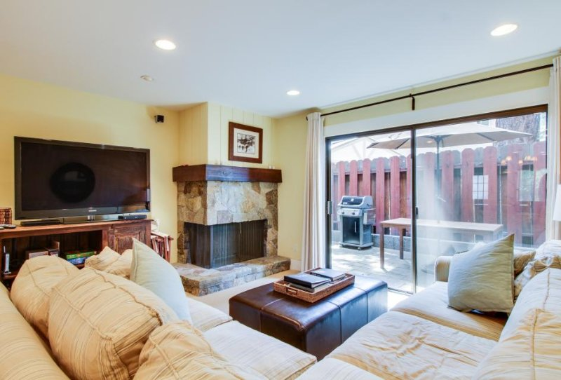 Cozy lakefront townhouse w/ shared pool & nearby beach access - Image 1 - Tahoe Vista - rentals