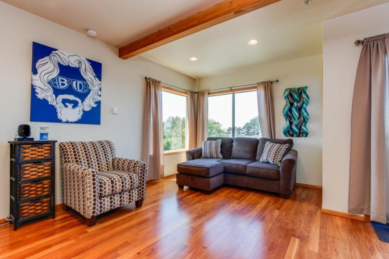 Bright, modern home w/ ocean view & entertainment - beach access nearby! - Image 1 - Depoe Bay - rentals