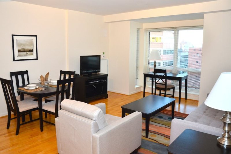 Sophisticated 1 Bedroom Apartment in Quincy With Fitness Center - Image 1 - Quincy - rentals