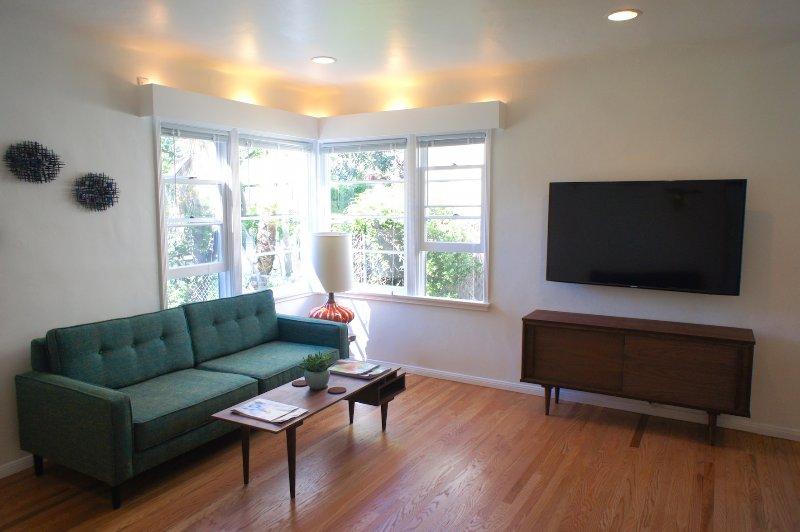 Couch/TV - Nowita Walk Street Venice Retreat - Los Angeles - rentals