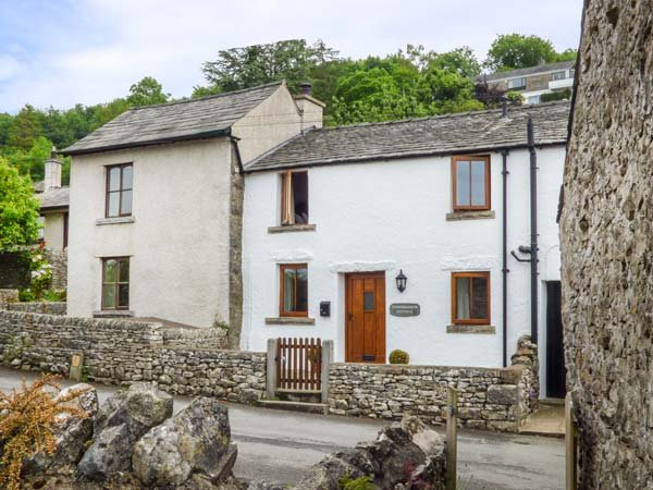 CINDERBARROW COTTAGE, mid-terrace, parking, garden, WiFi in Witherslack, Ref 931159 - Image 1 - Witherslack - rentals
