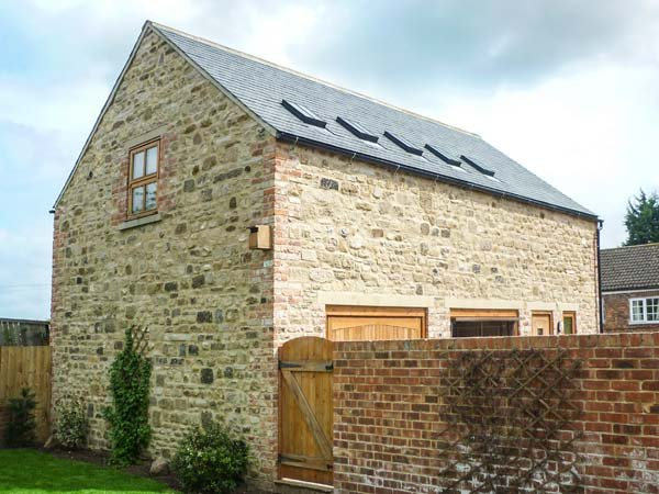CARTHORPE BARN HOLIDAY APARTMENT, romantic retreat, private patio, WiFi, en-suite, in Carthorpe, Masham, Ref 932413 - Image 1 - Bedale - rentals