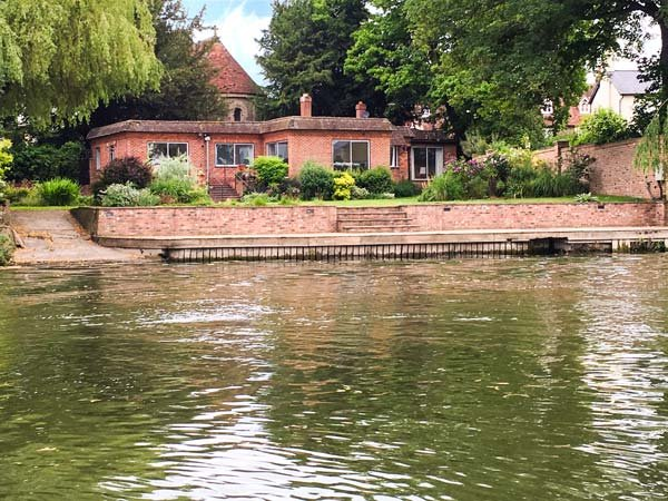 NINEA, riverside with mooring onto River Thames, large and comfortable - Image 1 - Wallingford - rentals
