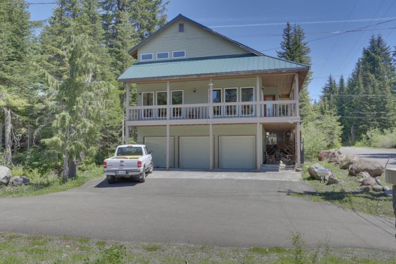 Spacious and bright Mt. Hood lodge among the trees near Skibowl - Image 1 - Government Camp - rentals