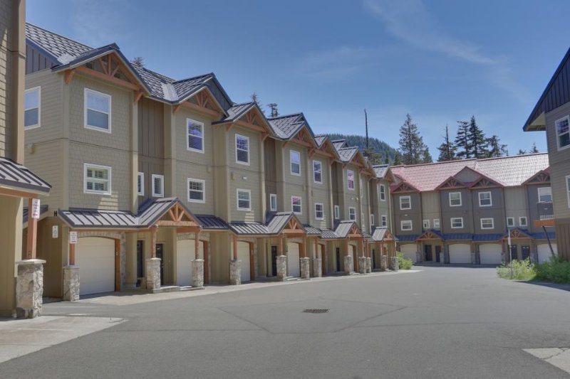 Tasteful condo steps from slopes with shared hot tub & pool - Image 1 - Government Camp - rentals