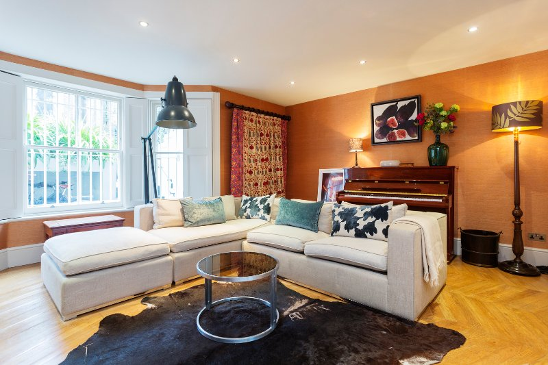 A four bedroom property with a stylish interior and 2 en suites, sleeps, 8 guests. - Image 1 - London - rentals
