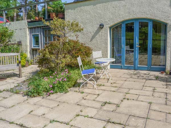 THE GARDEN FLAT, all ground floor, parking, private patio, Fort William, Ref 932724 - Image 1 - Fort William - rentals