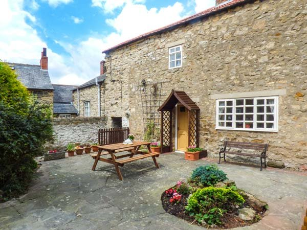 THE SIDINGS, Grade II listed, off road parking, patio garden, Pickering, Ref 939239 - Image 1 - Pickering - rentals