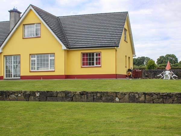 ROSE COTTAGE, semi-detached, all ground floor, off road parking, shared garden, in Roscommon, Ref 904623 - Image 1 - Roscommon - rentals