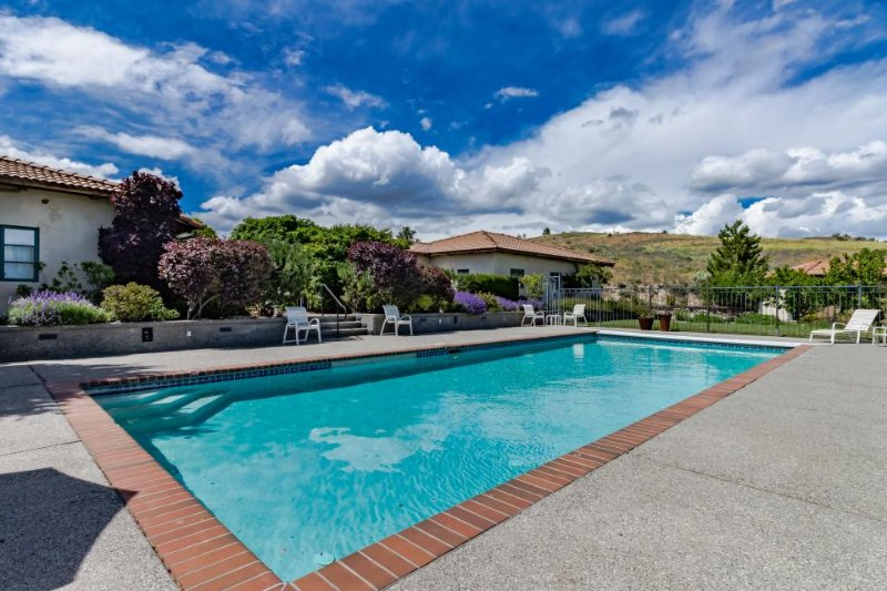 Gorgeous villa with a private pool, tennis court, and gourmet kitchen! - Image 1 - Manson - rentals