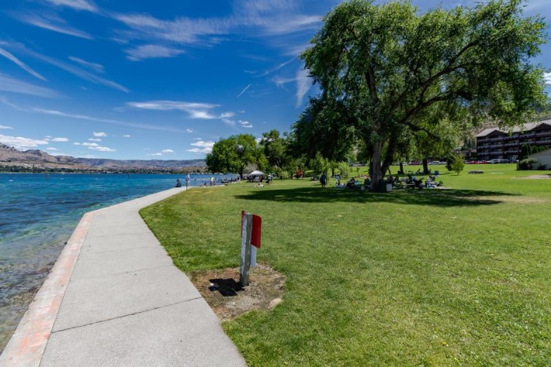 Beautiful condo w/ shared pool, hot tub, easy water access! - Image 1 - Chelan - rentals