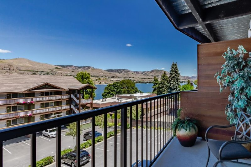 Modern condo with fireplace, balcony, & shared hot tub and pool! - Image 1 - Chelan - rentals