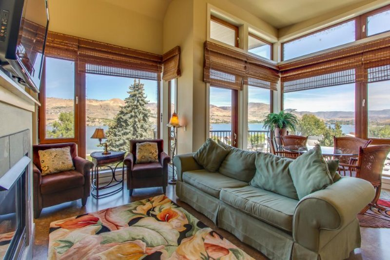 Stylish condo w/ shared hot tub, pool & lake vistas, nearby beach access! - Image 1 - Chelan - rentals