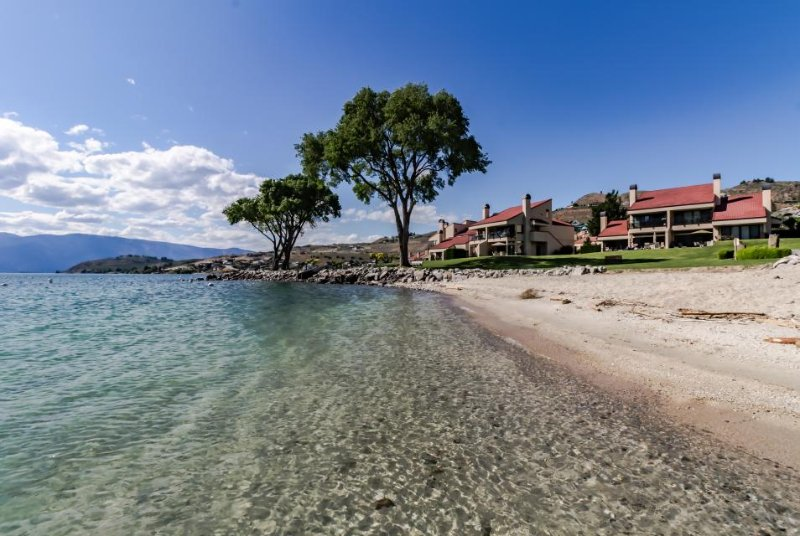 Lakeside retreat for a family of five, shared pools/hot tub! - Image 1 - Chelan - rentals