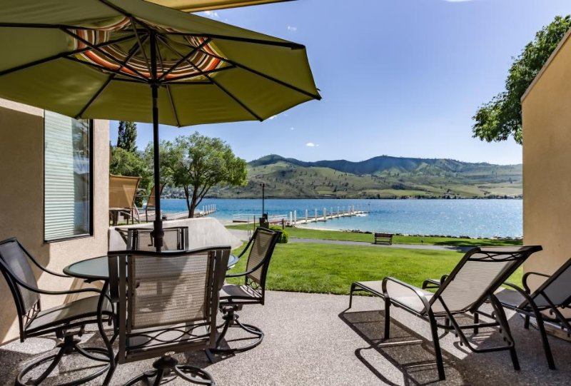 Lovely lakeside unit with mesmerizing views. Access to shared hot tub and pool! - Image 1 - Chelan - rentals