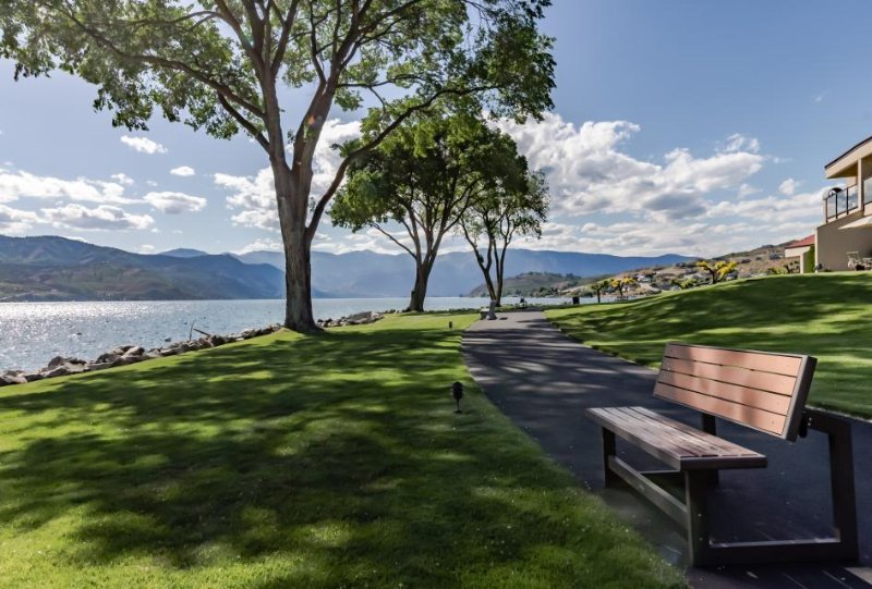 Lake/pool views from first-floor condo with shared hot tub! - Image 1 - Chelan - rentals