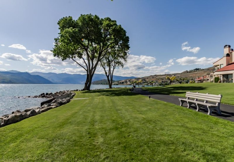 Great lakeview condo with shared pools/ hot tub, close to town! - Image 1 - Chelan - rentals