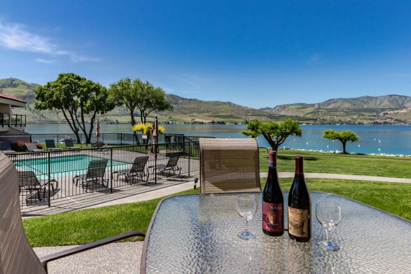 Lakefront condo w/ shared hot tub, pool, and other resort amenities - Image 1 - Chelan - rentals