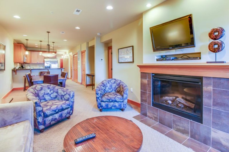 Lake views await from this perfectly located home w/ shared hot tub &pool access - Image 1 - Chelan - rentals