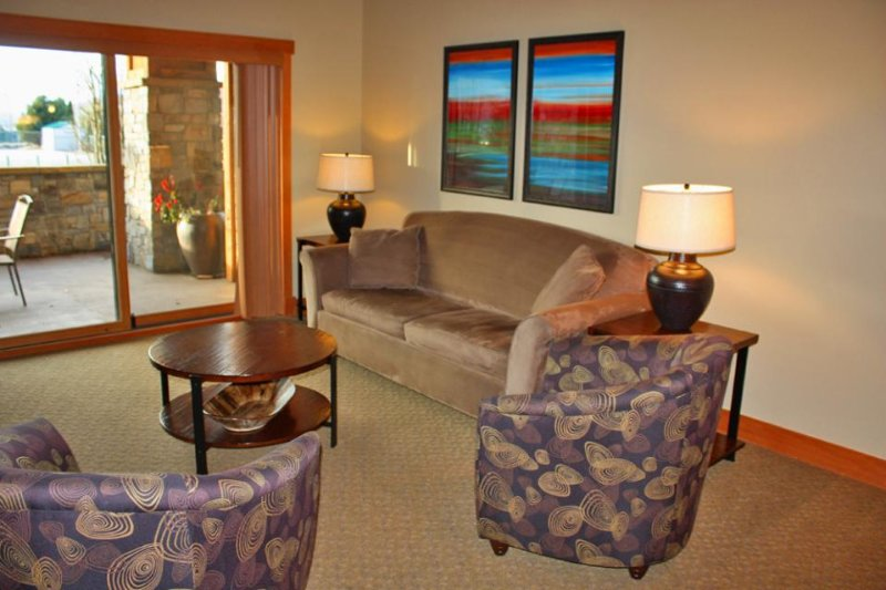 Amenity-filled condo with shared pool, hot tub, and firepit - Image 1 - Chelan - rentals