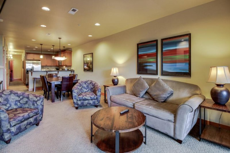Lovely condo right in town with shared pool, hot tub, & game room! - Image 1 - Chelan - rentals
