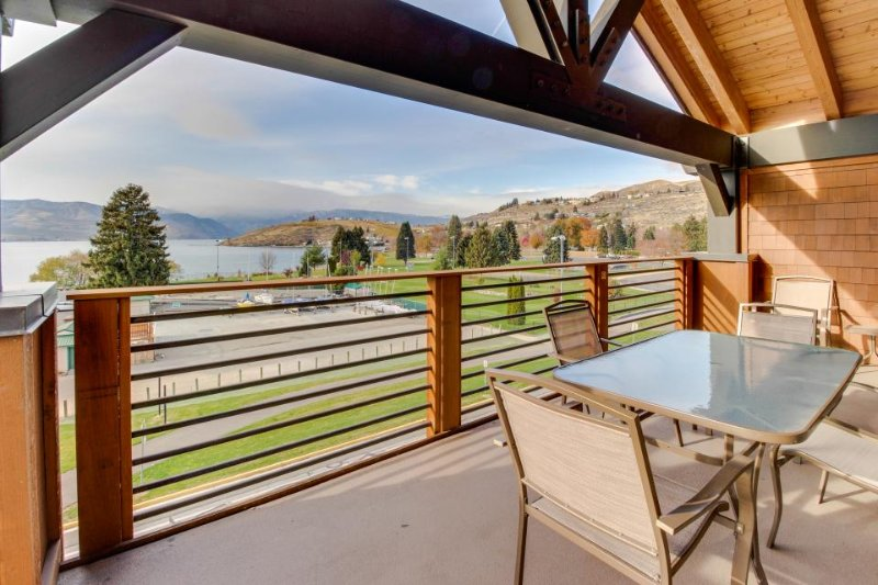 Modern condo with gorgeous lake views, shared hot tub & pool, near beach! - Image 1 - Chelan - rentals