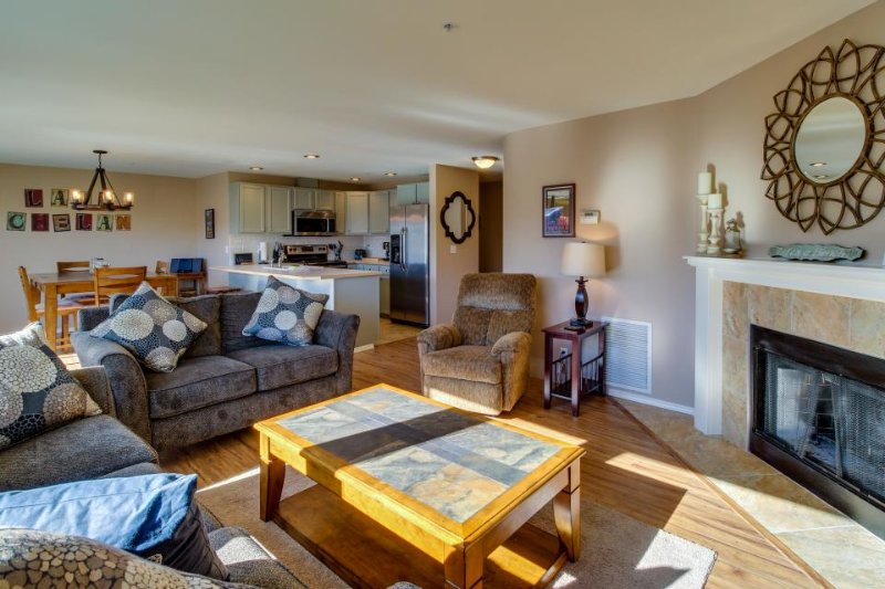 Upscale second-floor condo w/ community pool and hot tub! - Image 1 - Chelan - rentals