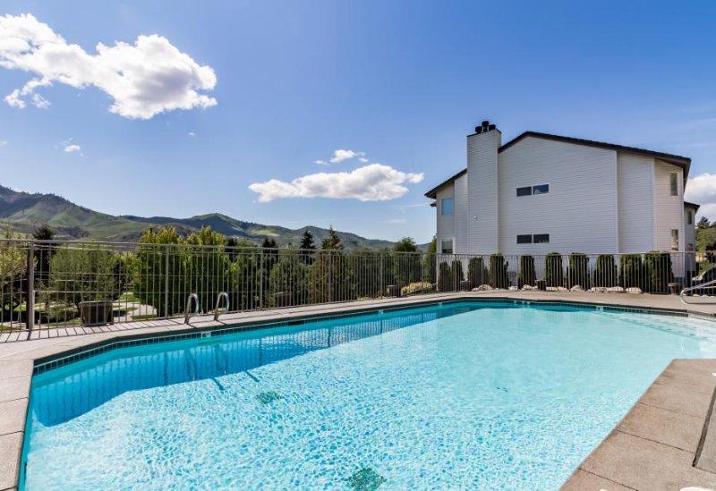 Bright Lake Chelan condo w/ shared swimming pool/hot tub! - Image 1 - Chelan - rentals