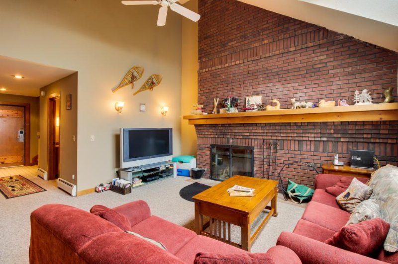 Ski-in/out getaway w/ community pool & hot tub - dogs welcome! - Image 1 - Killington - rentals