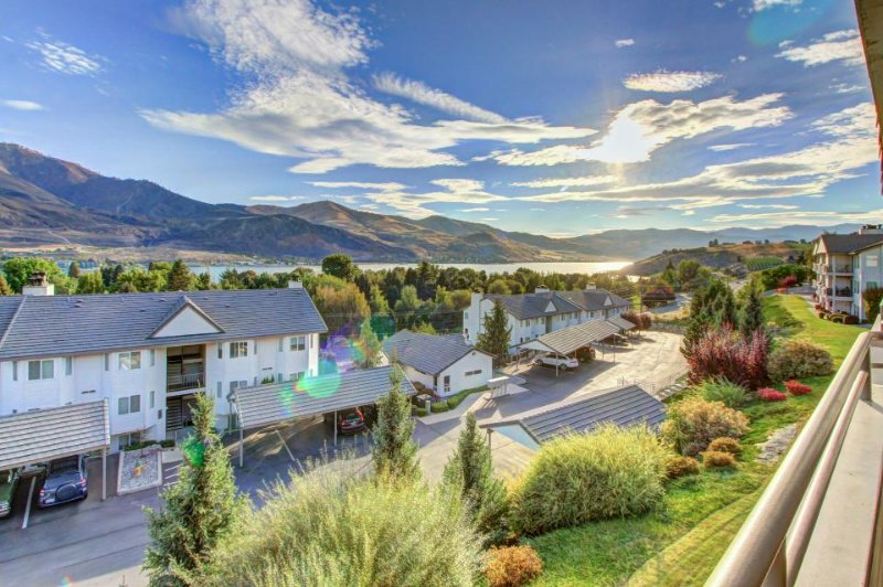 Sunny, classic condo with lake views, shared pool/hot tub! - Image 1 - Chelan - rentals