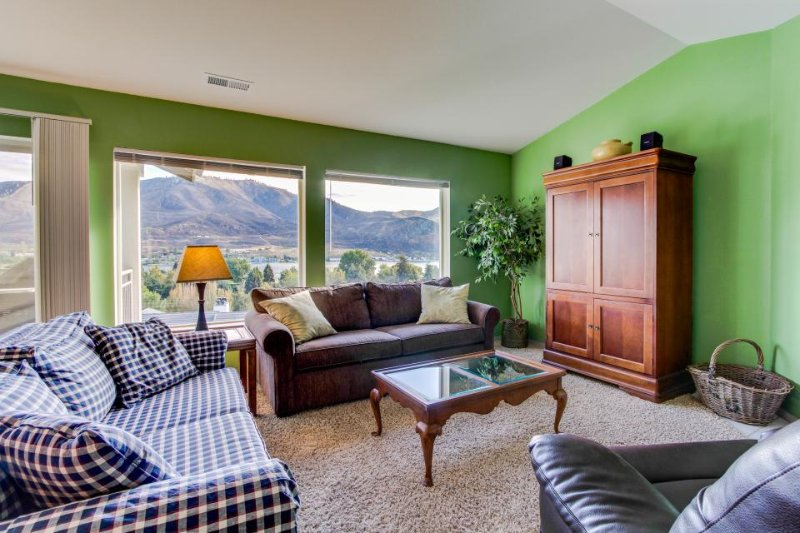 Lovely lakeview condo with shared pool, hot tub, great location near town - Image 1 - Chelan - rentals
