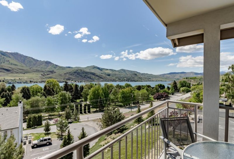 Cozy and modern condo with shared hot tub & swimming pool - Image 1 - Chelan - rentals