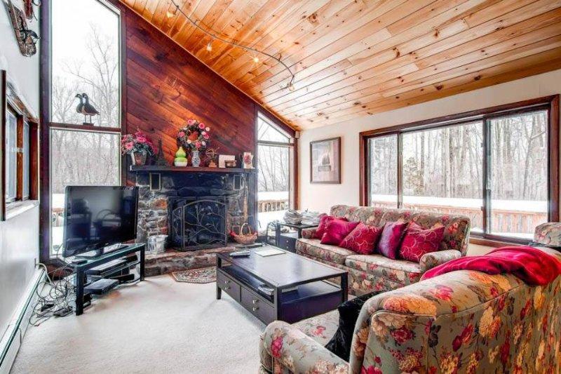 Upscale lodge with entertainment, close to skiing & beautiful scenery! - Image 1 - Killington - rentals