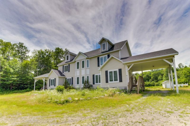 Lovely townhome w/ private hot tub & decks, close to skiing! - Image 1 - Dover - rentals