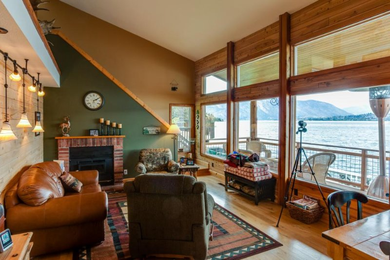 Perfect waterfront lodge with dock access and private deck! - Image 1 - Chelan - rentals