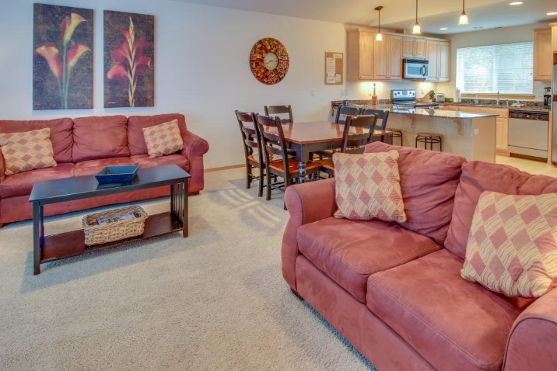 Tasteful townhome with a private sun deck overlooking the pool! - Image 1 - Manson - rentals