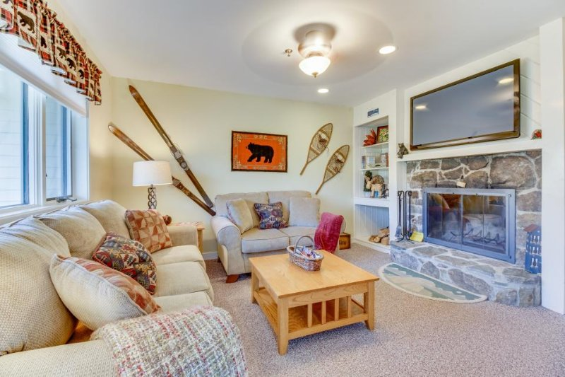 Top-floor condo w/ mountain views & pool, hot tub, and sauna access - Image 1 - Stratton and Bromley Ski Areas - rentals