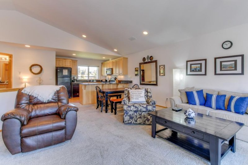 Stylish and comfortable condo with a deck and a shared pool & gym! - Image 1 - Manson - rentals