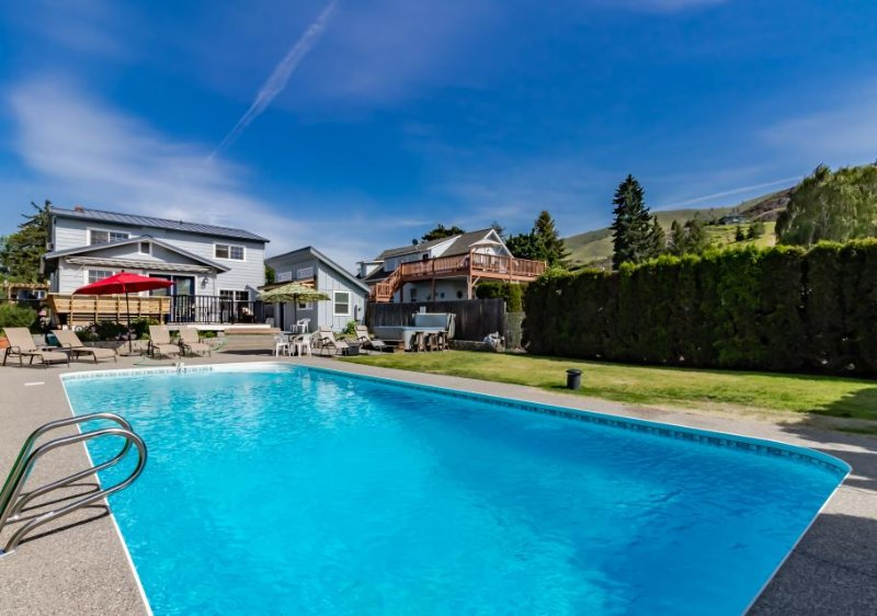 Private pool & hot tub, just blocks from downtown Chelan! - Image 1 - Chelan - rentals