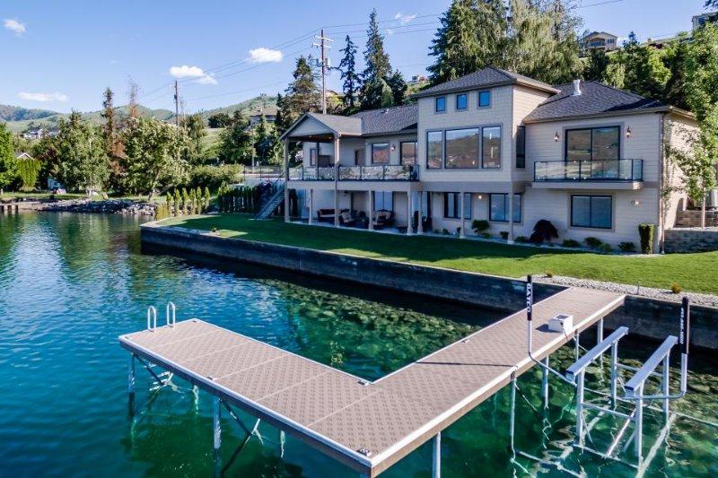 Lakefront luxury Chelan getaway w/ gorgeous lake and mountain views! - Image 1 - Chelan - rentals