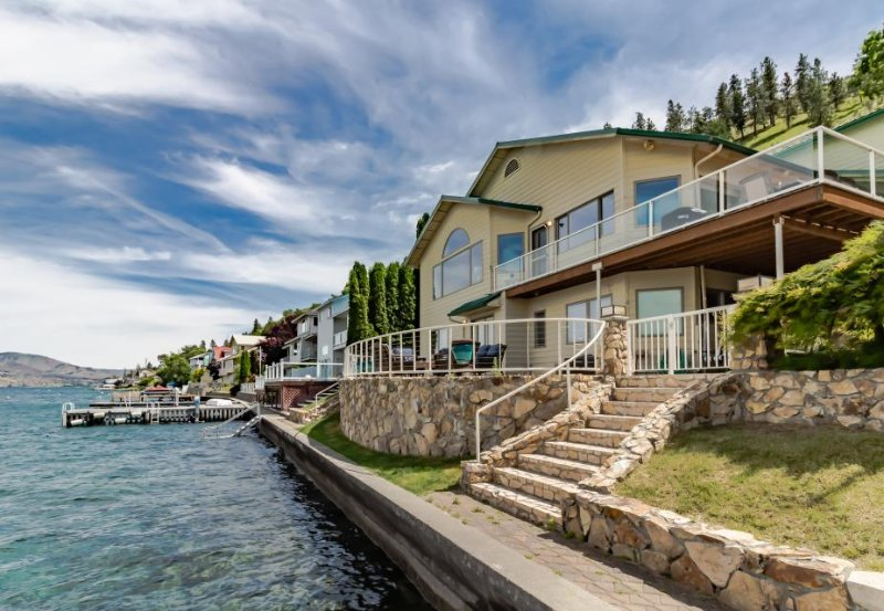 Lakefront house with gorgeous interior and shared dock! - Image 1 - Chelan - rentals