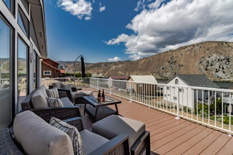 Dog-friendly with private hot tub, shared pool, & mountain views - Image 1 - Orondo - rentals