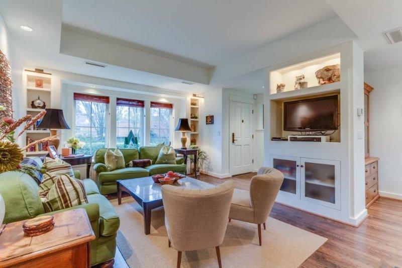 Perfect Magnolia neighborhood cottage w/ patio & fireplace - Image 1 - Seattle - rentals