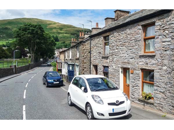 FELLS COTTAGE, centre of town, WiFi, woodburning cookstove, pet-friendly, in Sedbergh, Ref 936577 - Image 1 - Sedbergh - rentals