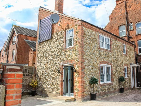 THE HIDEAWAY COTTAGE, pet-friendly, romantic property with woodburning stove in - Image 1 - Cromer - rentals