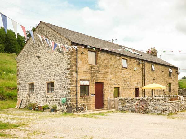 PEACOCK COTTAGE, barn conversion on working farm with original features, WiFi, off road parking in Sparrowpit, Ref 928158 - Image 1 - Chapel-en-le-Frith - rentals