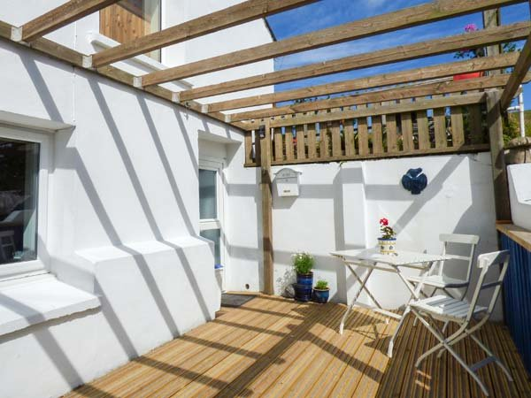 TREVELGUE, ground floor accommodation, pet-friendly, close to beaches, WiFi, near Porth, Ref 940005 - Image 1 - Newquay - rentals