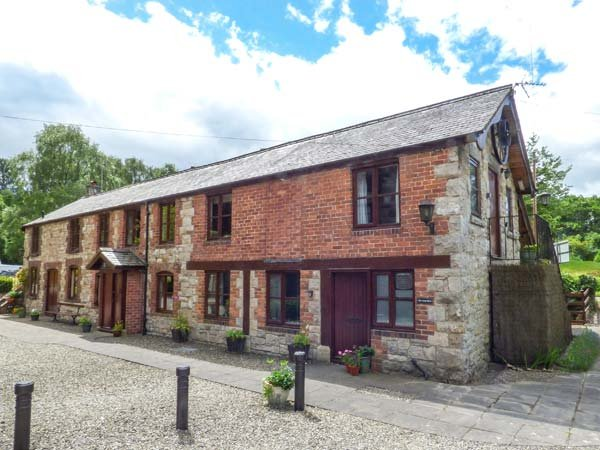 THE LONG BARN, ground floor, en-suite, close to walks and pub, Nannerch, Ref - Image 1 - Nannerch - rentals