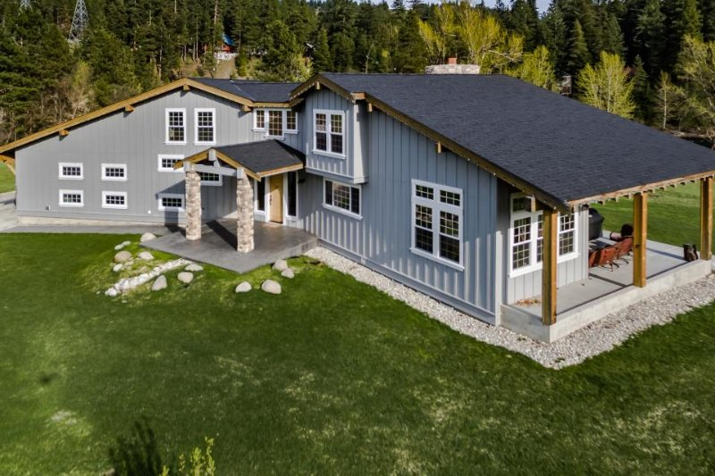 Beautiful & spacious riverfront estate w/ private hot tub. Dogs welcome! - Image 1 - Leavenworth - rentals