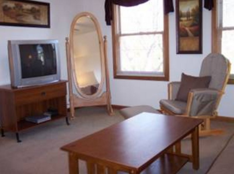 CLEAN, COZY AND WELL-APPOINTED 1 BEDROOM, 1 BATHROOM APARTMENT - Image 1 - Forest Park - rentals